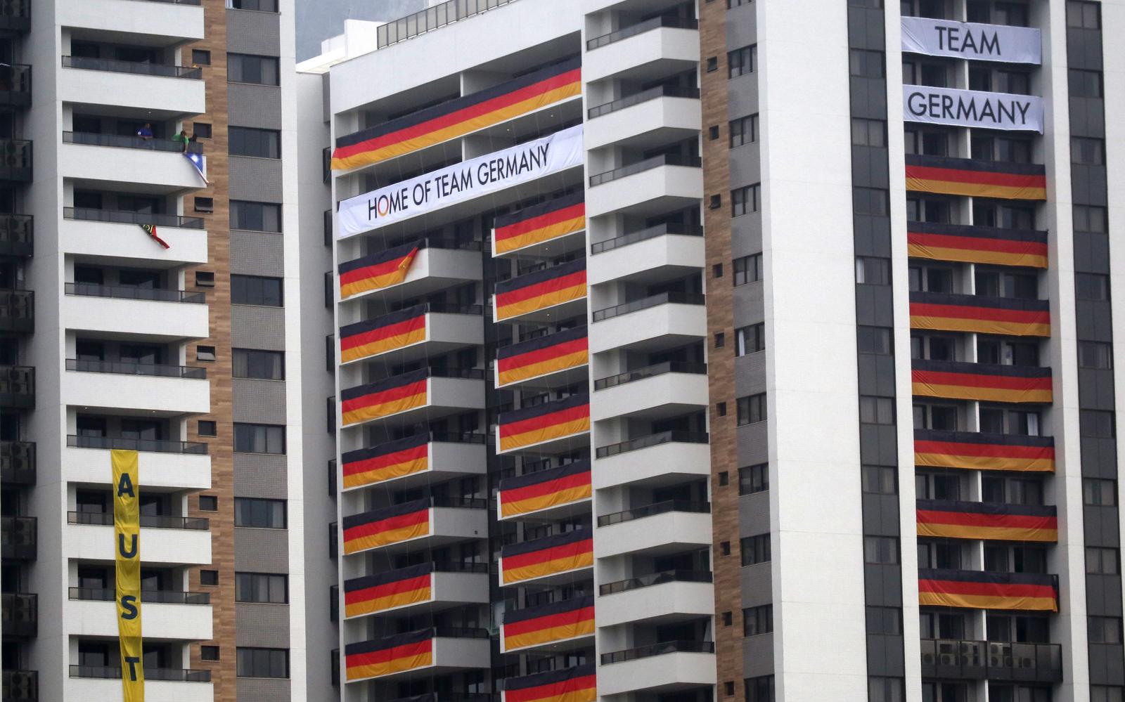 Немецкие спортсмены уже украсили свои балконы в олимпийской дервне национальными флагами