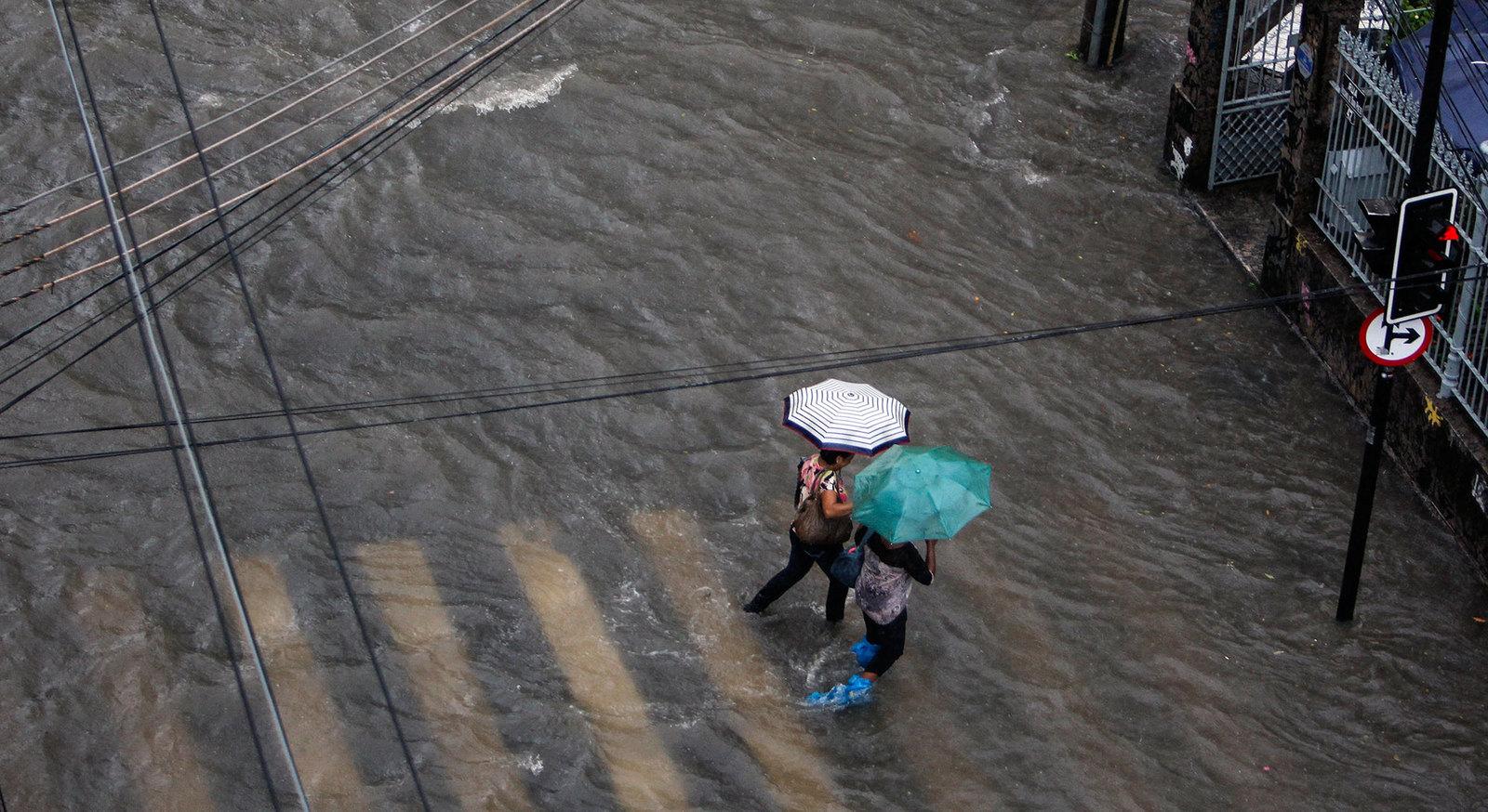 Столицу Олимпийских игр накрыл шторм, проезжие части в некоторых районах затоплены