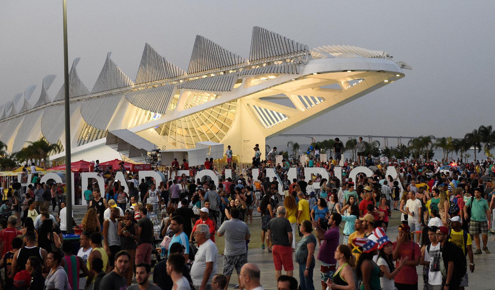 Для гостей и жителей олимпийской столицы повсюду оборудованы фан-зоны с больщими экранами