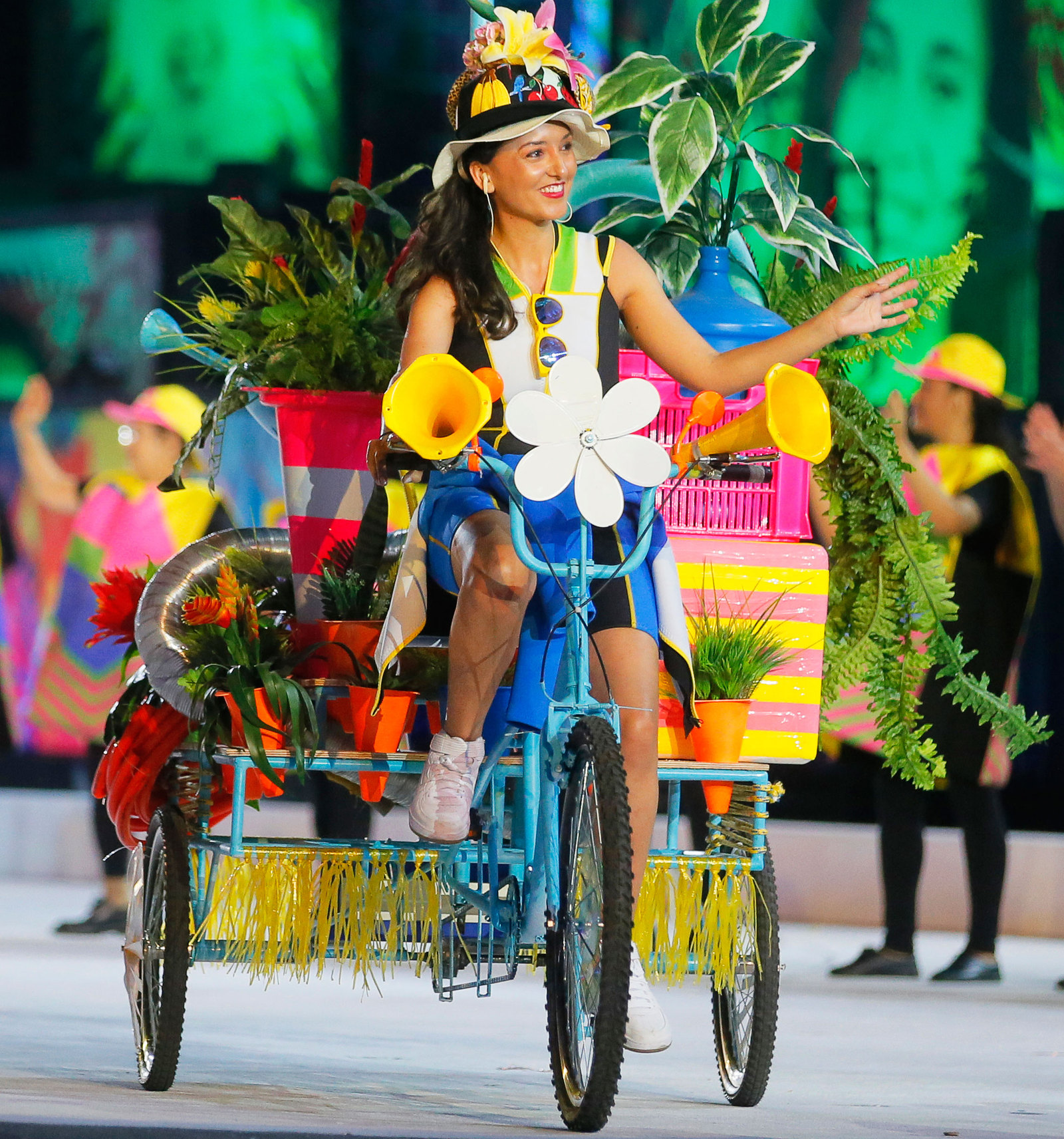 Яркие велосипедисты представляли в этом году сборные на параде атлетов