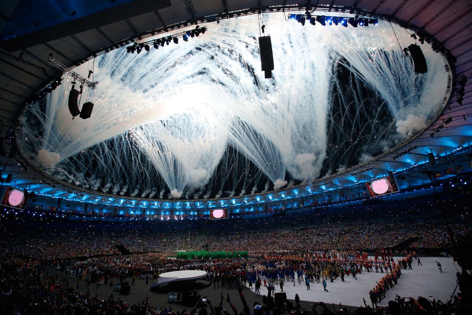 Очередной фейерверк, завершивший парад атлетов на церемонии открытия