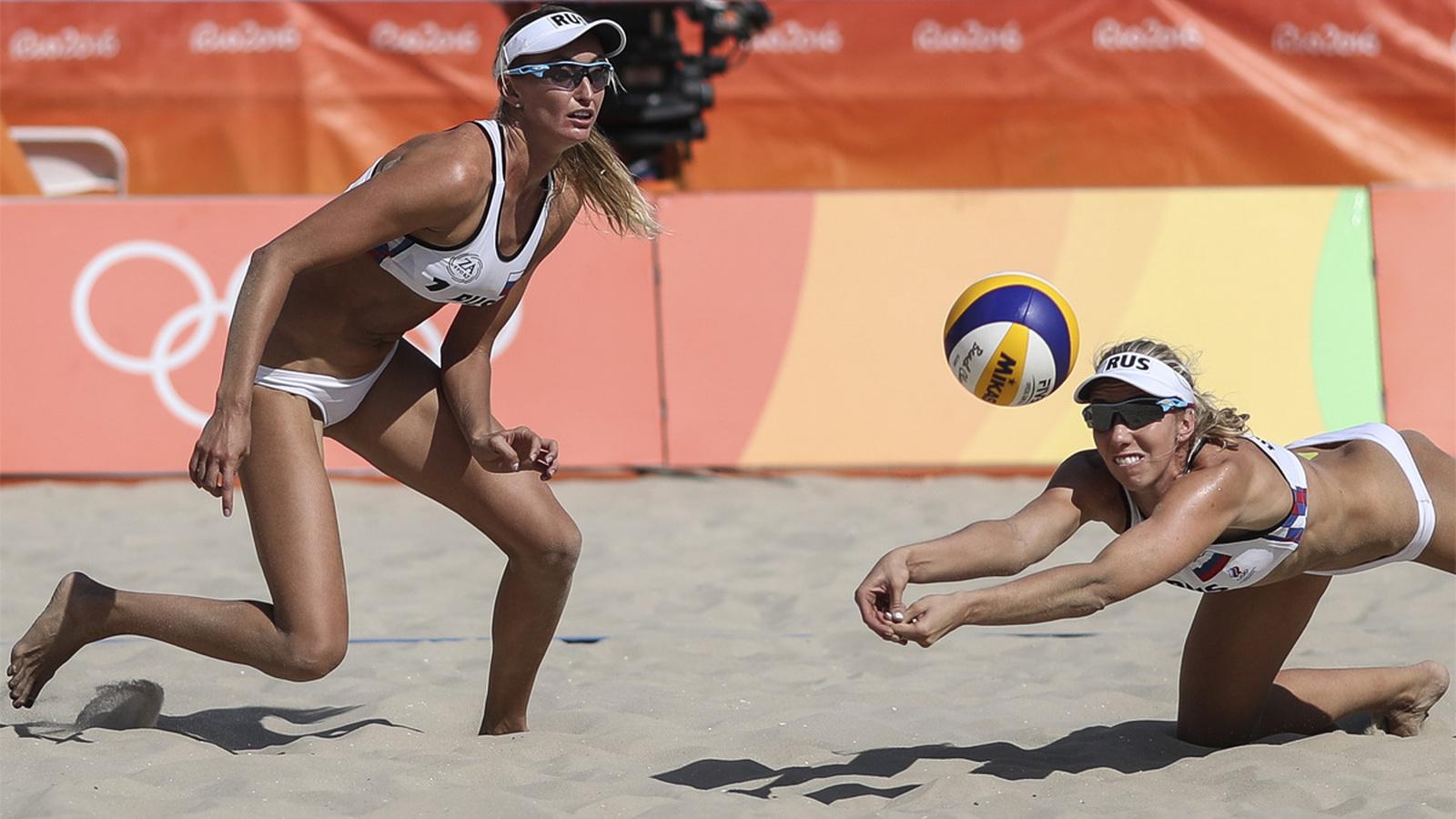 Россиянки Екатерина Бирлова (слева) и Евгения Уколова во время матча квалификации по пляжному волейболу