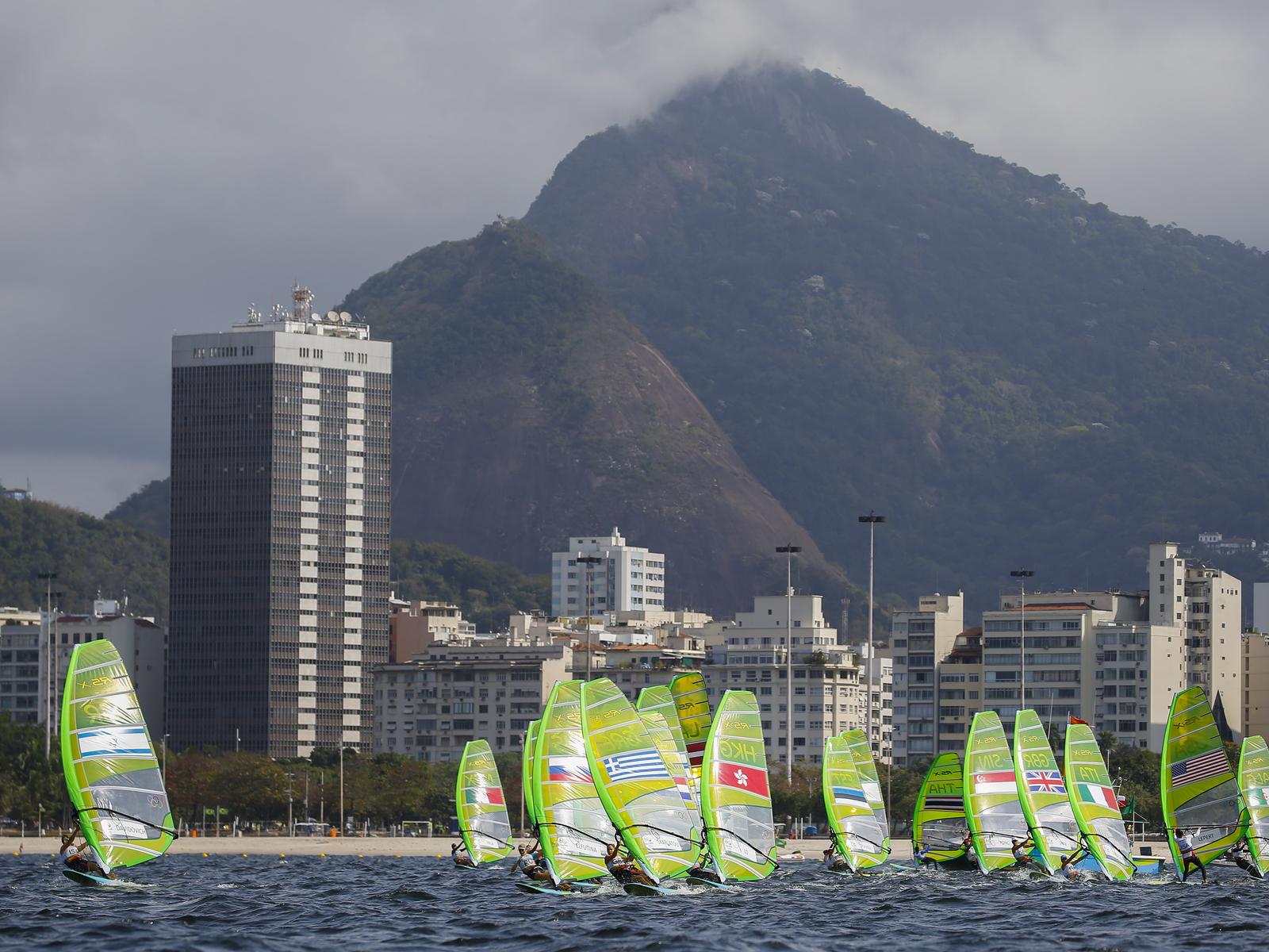 Соревнования виндсерферов в олимпийской бухте