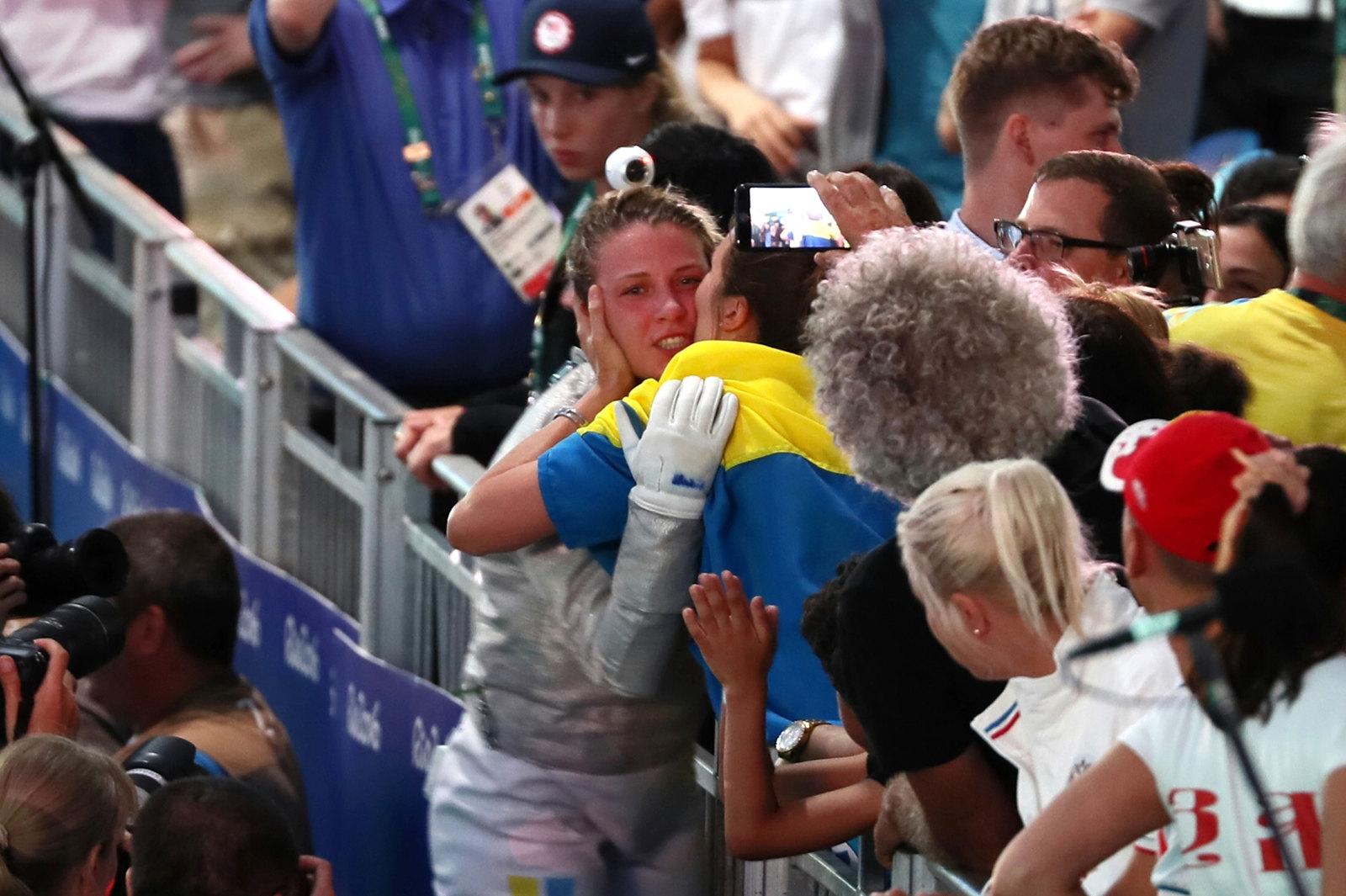 Фехтовальщица Ольга Харлан принимает поздравления, после поединка за бронзу