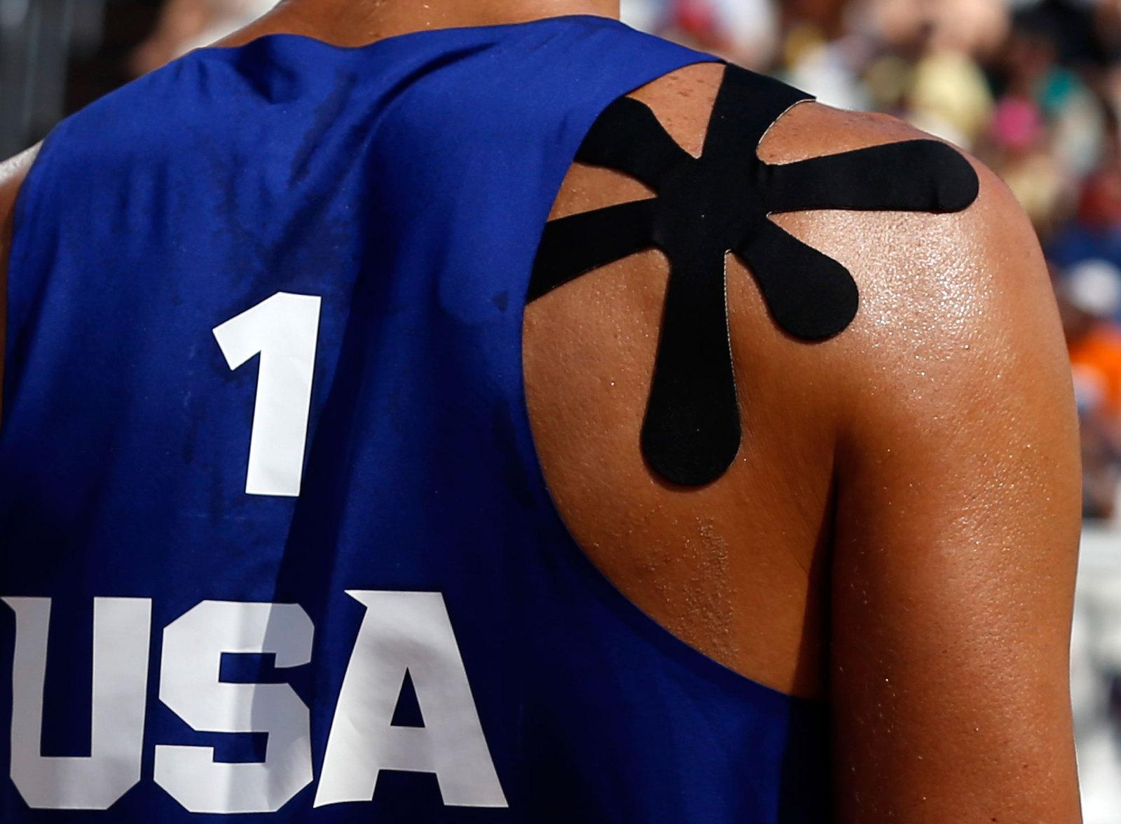 Спина пляжного волейболиста Фила Далхауссера со специальным пластырем необычной форсы, который используют при растяжениях и травмах