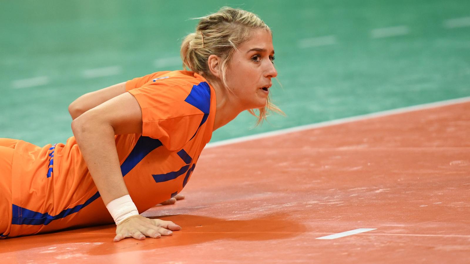 Трудный мяч. Голландка Эставана Полман в матче с волейболистками Южной Кореи