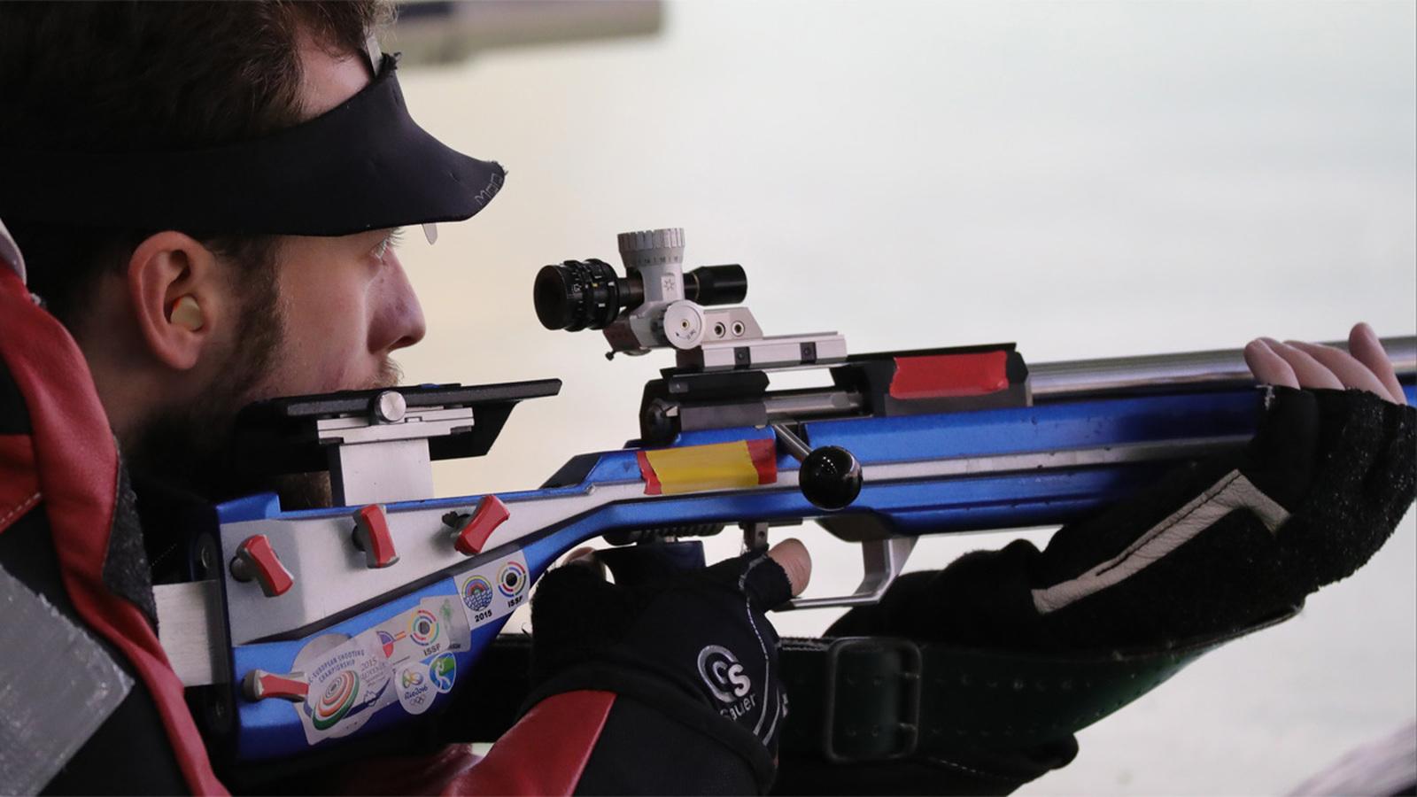 Российский стрелок Сергей Каменский выиграл серебряную медаль в стрельбе из винтовки на 50 метров