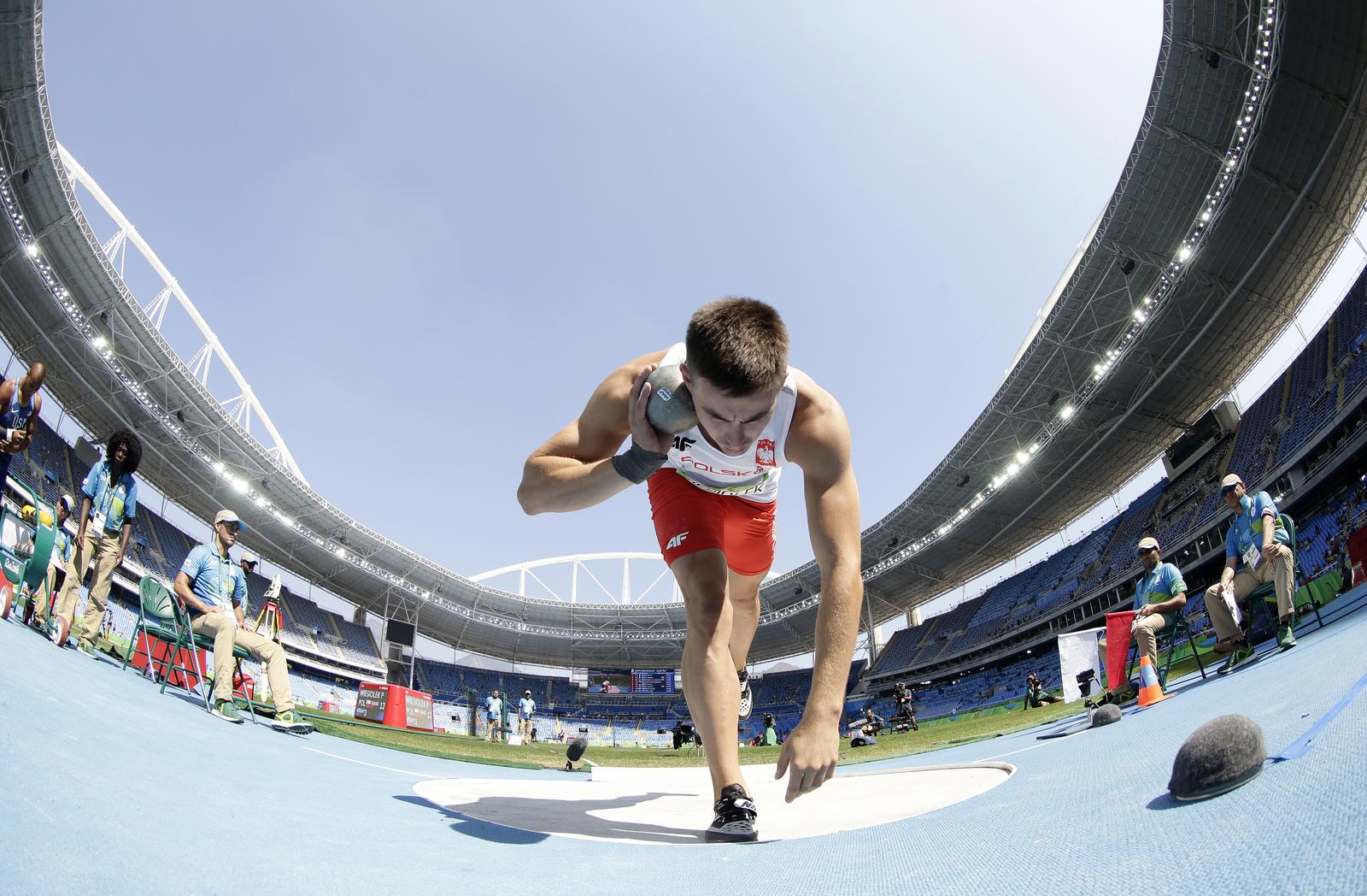 Спортсмен из Польши готовится к броску