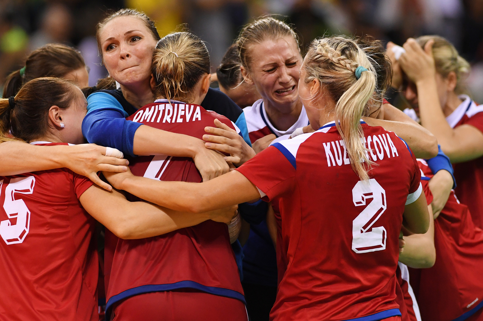 Российские гандболисты после волевой победы