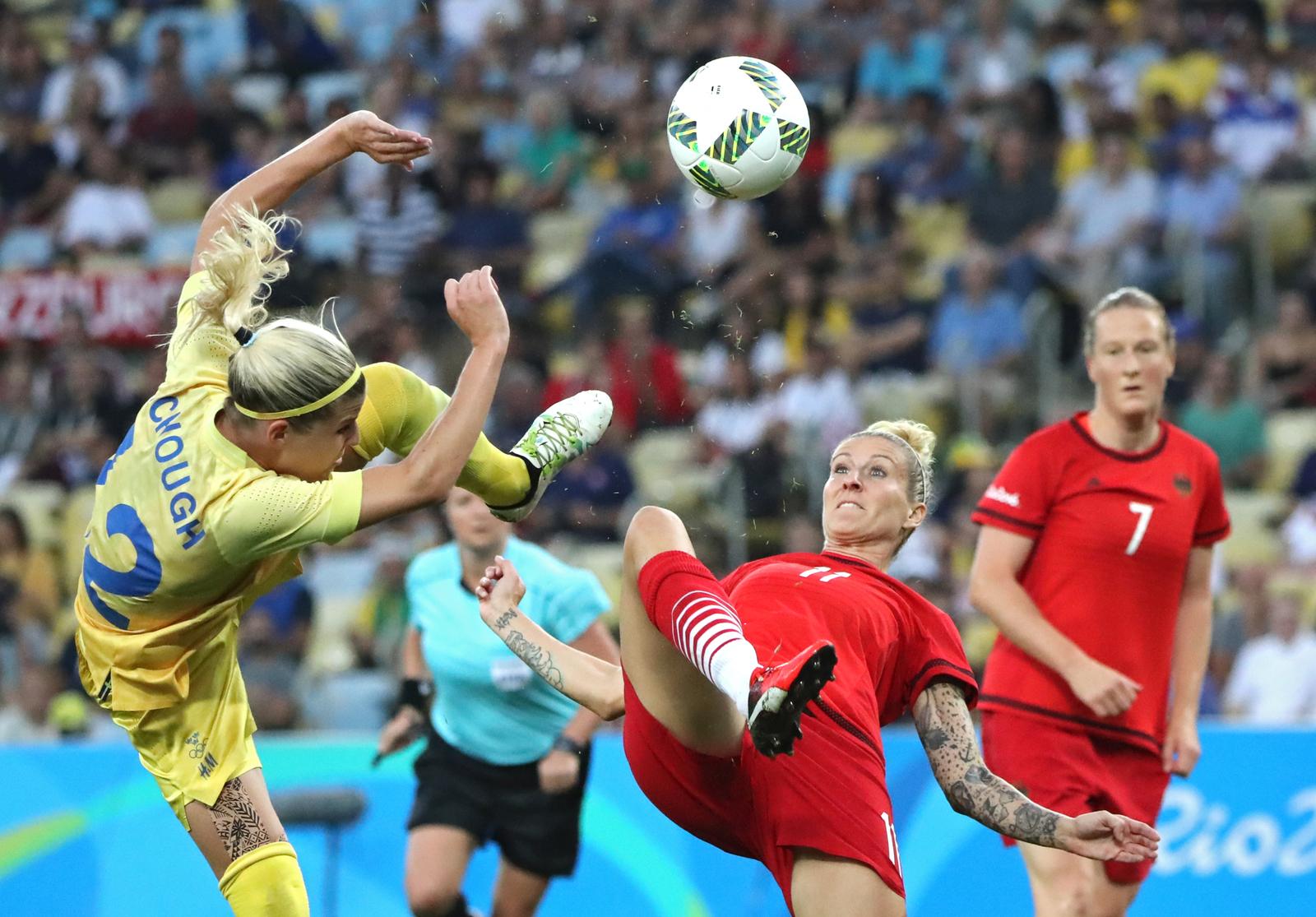 Матч между Швецией и Германией по женскому футболу