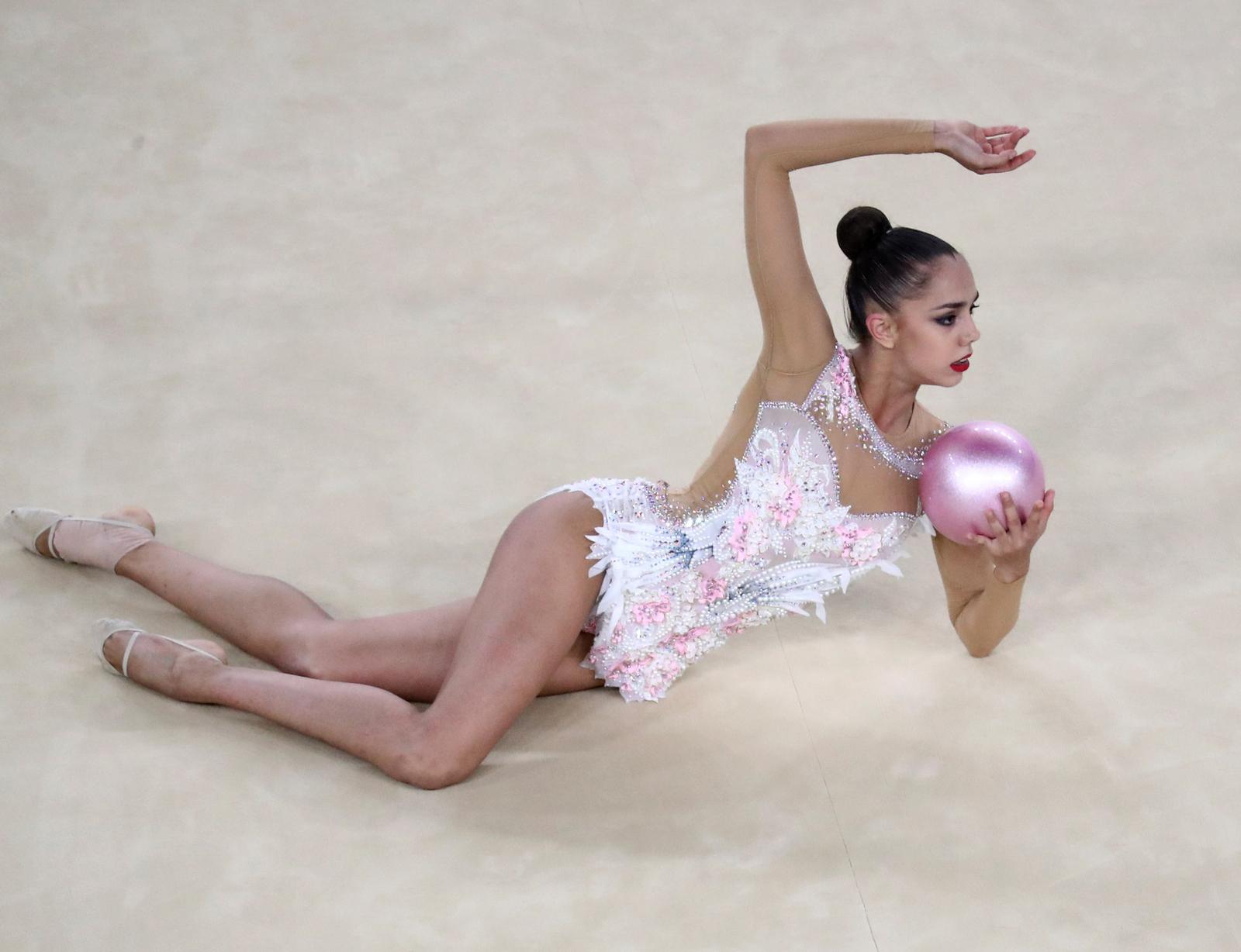 Российская гимнастка Яна Кудрявцева во время выступления
