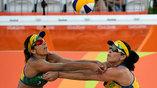 Пляжные волейболистки страхуют друг друга