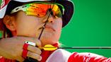 Японка Юки Хайяси принимает участие в командном турнире стрелков из лука