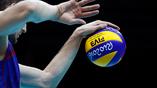 Волейболист Максим Михайлов совершает победную подачу в матче с Кубой