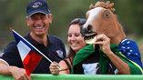 Любители конного спорта переживают за своих любимых спортсменов