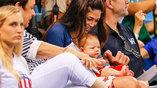 Супруга Майкла Фелпса Николь Джонсон  с ребенком наблюдают за олимпийскими заплывами мужа с трибун