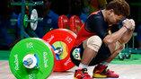 Тяжелоатлет Эко Юли Ирован не может сдержать эмоции после неудавшейся попытки