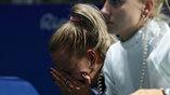 Эстонская фехтовальщица Эрика Карпу плачет после провального выступления ее команды
