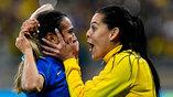 Бразильские футболистки радуются забитому пенальти в ворота Австралии
