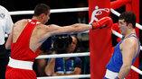 Россиянин Евгений Тищенко (в красном) вышел в финал турнира по боксу в своем весе