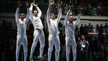 Сборная Францию по фехтованию неистово радуется золотому пьедесталу