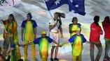 Цепочки из танцующих волонтеров создает специальный коридор для заключительного парада спортсменов
