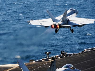 Упал в море истребитель атомного авианосца ВМС США, идущего к Кореям