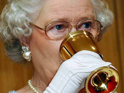 королева елизавета ежедневно позволяет джин шампанское