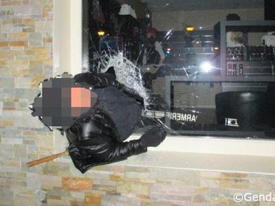 Вор застрял в окне магазина, который ограбил. Фото