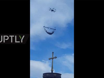 Мужчина совершил полет в гамаке, привязанном к дрону. Видео