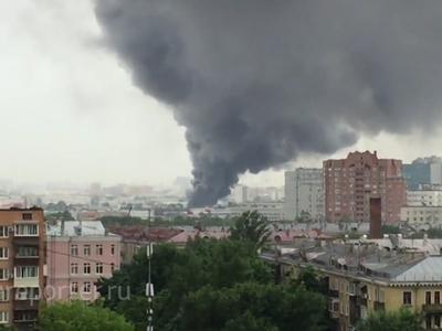 На юго-востоке Москвы горит мебельный ангар. Видео