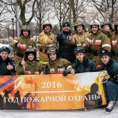 Пожарные Москвы устроили флешмоб на ледовом катке в Парке Горького