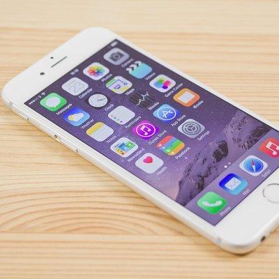Во французском Дижоне покупатель в магазине Apple перебил почти все iPhone шаром для игры в петанк