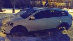 В России набирает обороты варварский метод кражи колес с Lada Vesta SW Cross