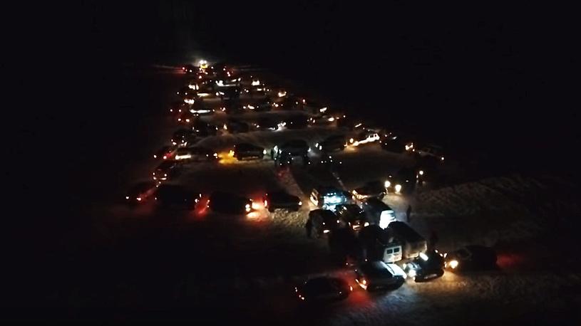 В Челябинске собрали новогоднюю ёлку из 65 автомобилей (видео)