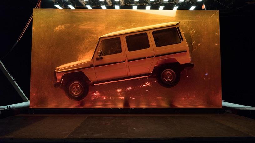 Коллекционный Mercedes утопили в смоле ради рекламы