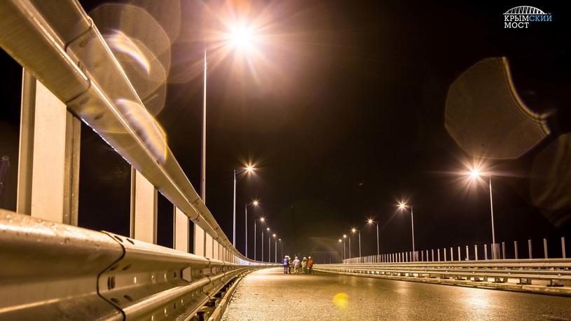 На мосту в Крым включили освещение