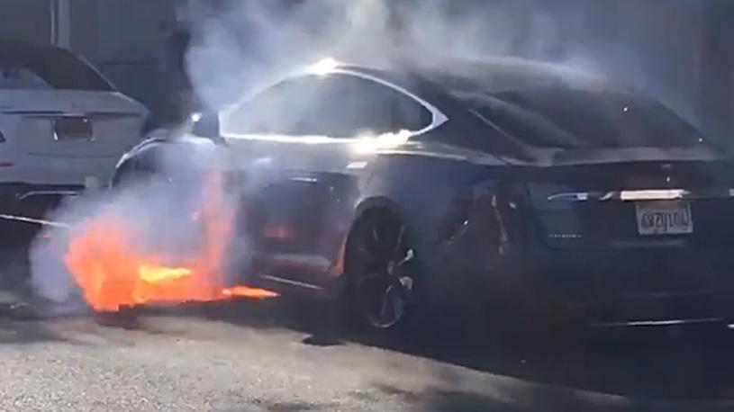 Американская Tesla опять загорелась прямо на ходу
