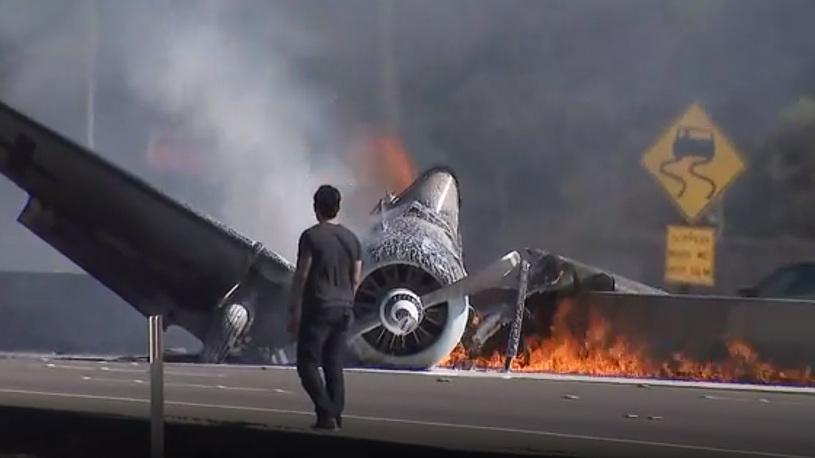 Самолет в цветах Люфтваффе разбился и сгорел на шоссе близ Лос-Анджелеса