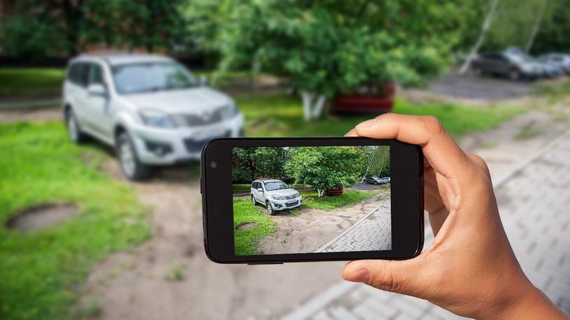 В Москве отменяют штрафы за парковку на газонах