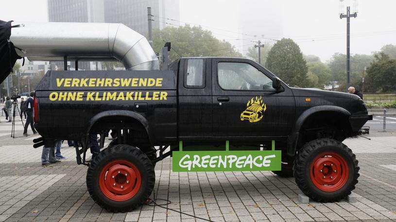 Гринписовцы устроили во Франкфурте масштабную протестную акцию на колесах