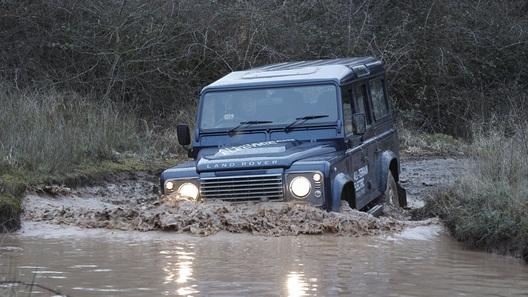 Land Rover привезет в Женеву электрический Defender