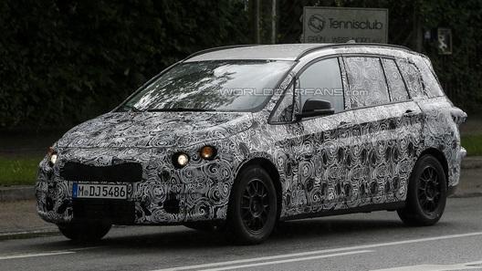 BMW испытывает переднеприводный компактвэн