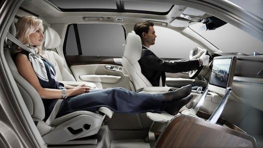 Volvo заменила правое переднее кресло на обувь и драгоценности