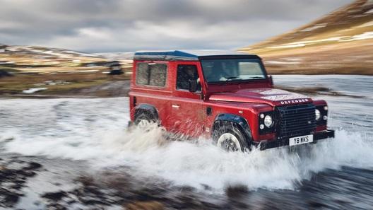 Land Rover выпустит старый Defender с мотором V8 и автоматом