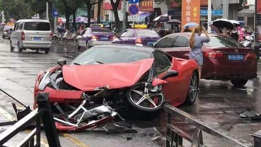 Богатые тоже бьются: девушка превратила в автохлам прокатный Ferrari