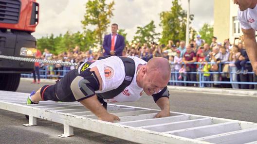 Белорусский богатырь установил мировой рекорд, протянув 15 МАЗов