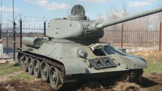 На работу и дачу на танке Т-34? Почему бы и нет – обойдется дешевле