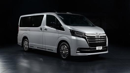 Японский аналог Aurus: Toyota привезла в Россию очень большой VIP-минивэн