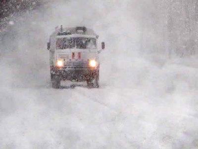 Снегопад парализовал в Алтайском крае региональную автодорогу
